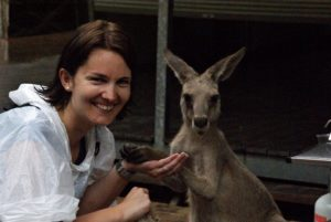 Händchen halten mit einem Känguru im Billabong Sanctuary