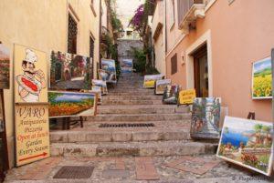 Taormina Gasse mit Bildern