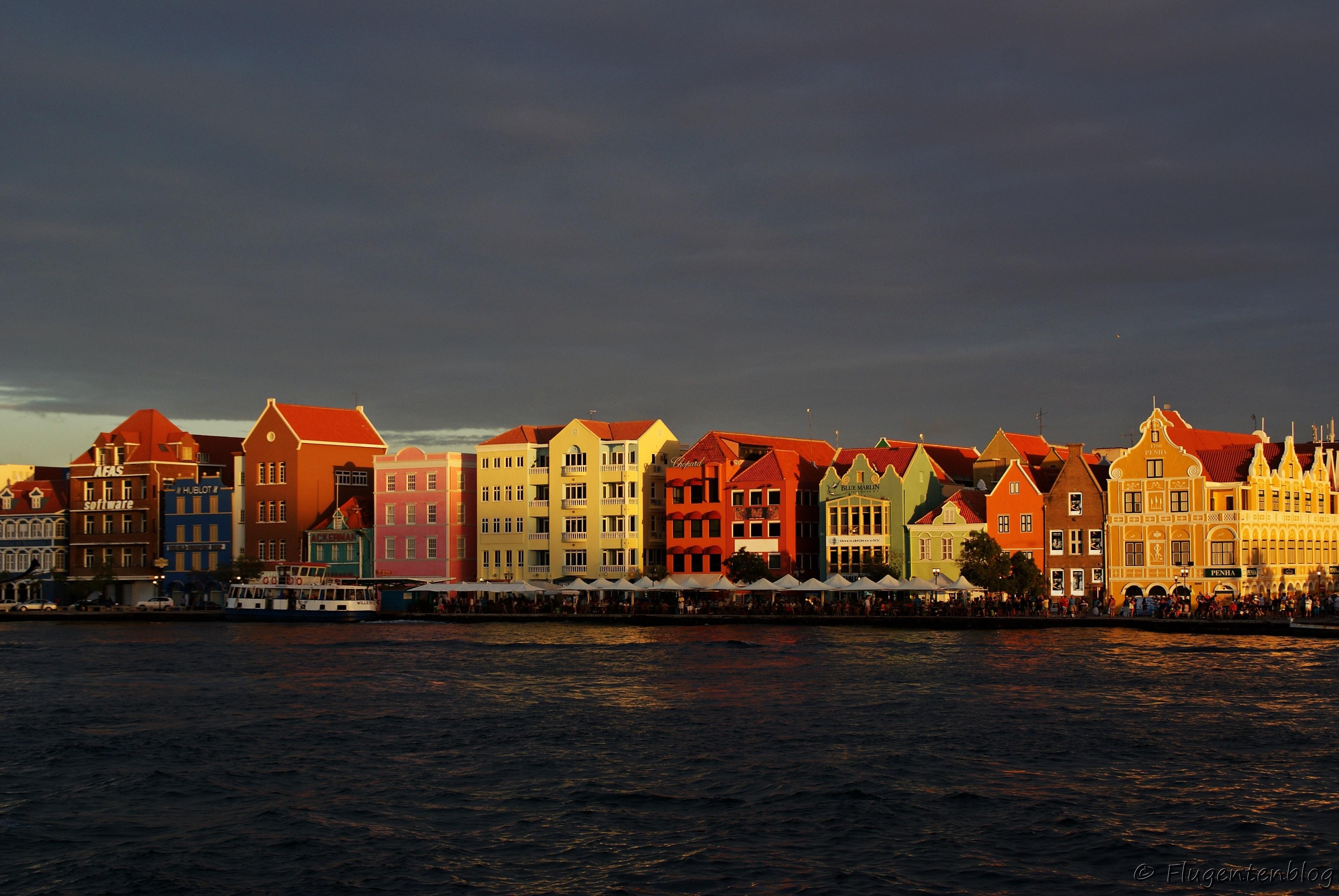 die bunten Haeuser der Handelskade in Willemstad