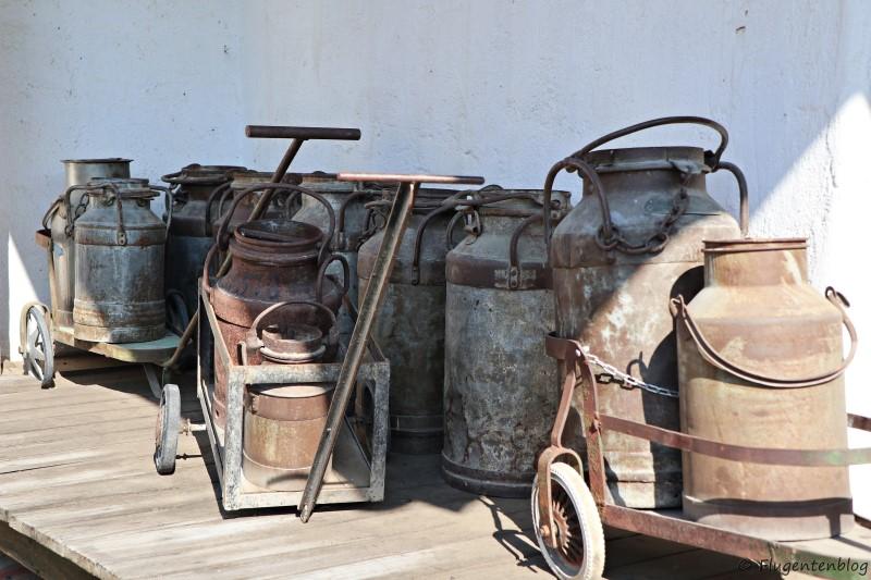 Dorfmuseum Mönchhof alte Milchkannen