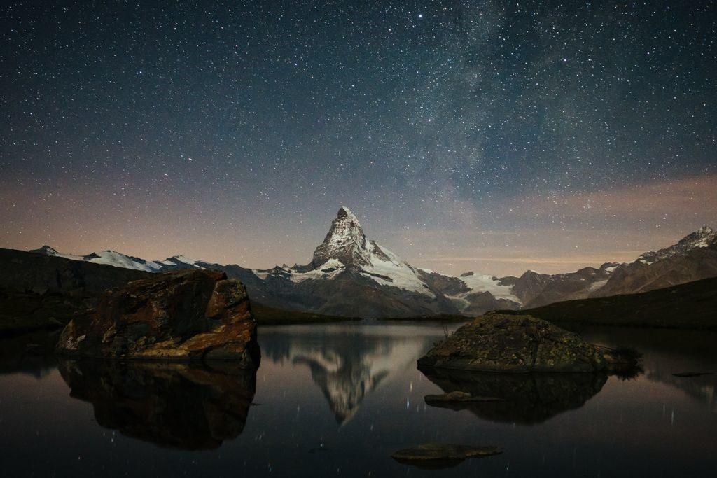 Milchstrasse ueber dem Matterhorn, das sich im See spiegelt