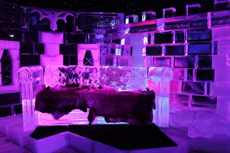 Sofa aus Eis, mit Fellen bedeckt