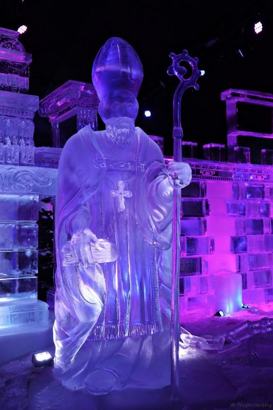 Nikolaus in Lebensgroesse aus Eis