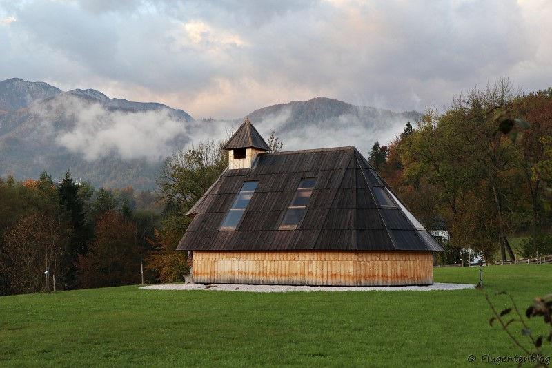 Kapelle im Slovenia Eco Resort mit Blick auf die umliegenden Berge