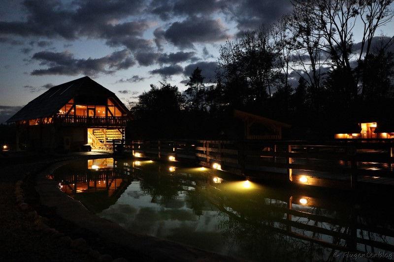 Nachtaufnahme im Slovenia Eco Resort mit Blick auf Teich und das beleuchtete Restaurant