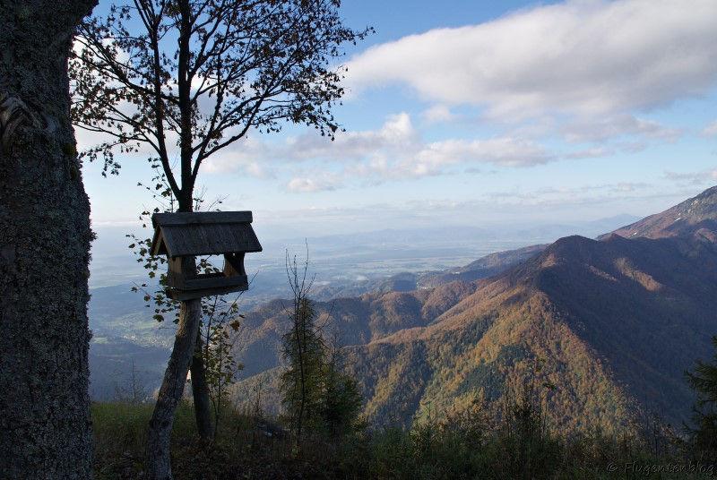Ausblick von der Bergstation auf die umliegenden Berge, links im Bild ein Vogelhaeuschen