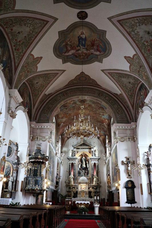 Blick auf das Kirchenschiff und den Altar der Zupnija Kirche