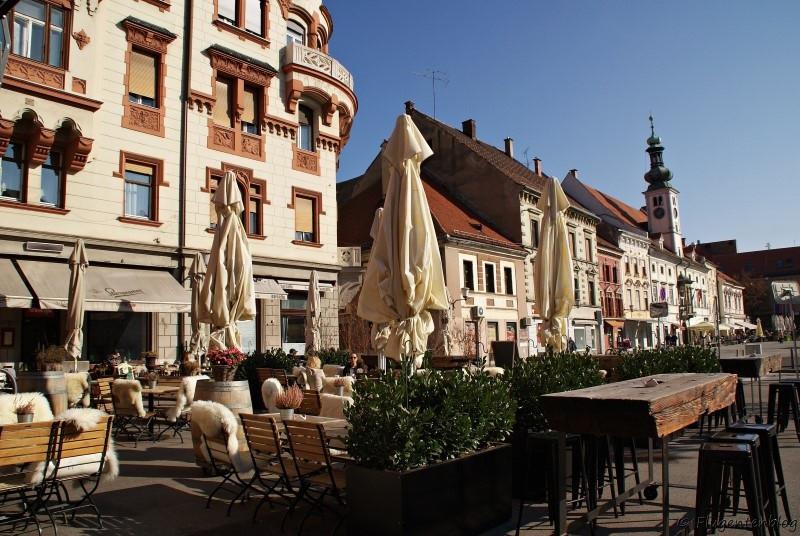 Blick vom Gastgarten auf die Häuser am Hauptplatz Glavni trg von Maribor