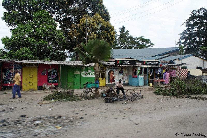 bunte Fassaden von Geschaeften in einem Vorort von Mombasa