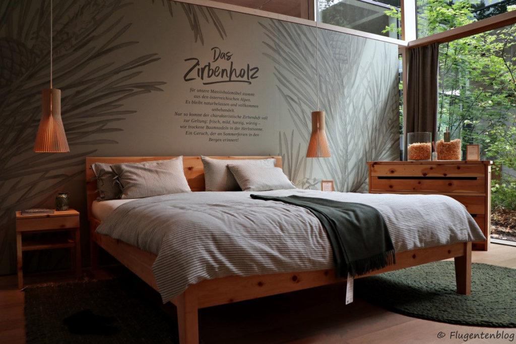 Doppelbett Kommode und Nachtkästchen aus Zirbenholz, Haengelampen, blau weiß gestreifte Bettwaesche