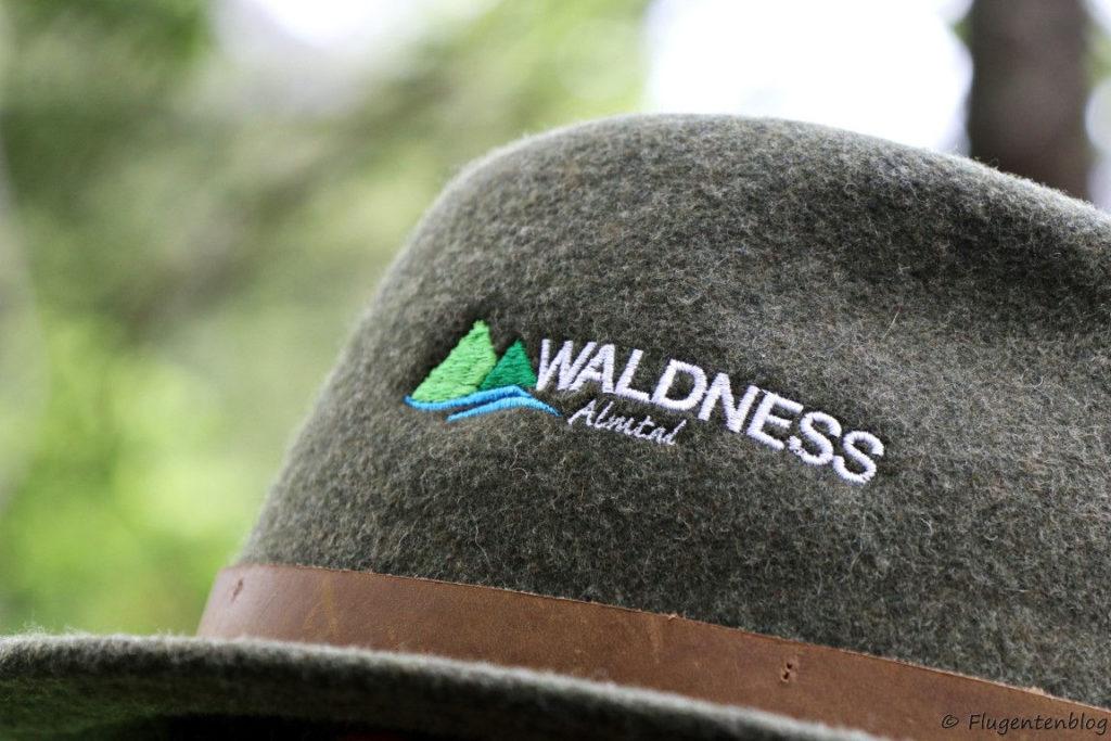 grauer Lodenhut mit dem Logo von Waldness