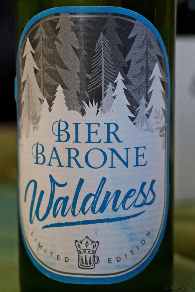 Flasche mit blauer Aufschrift Bierbarone Waldness