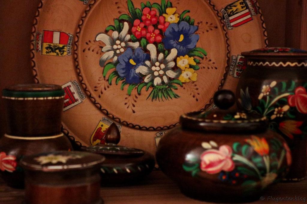 Holzteller bemalt mit Blumen und den Wappen der oesterreichischen Bundeslaender