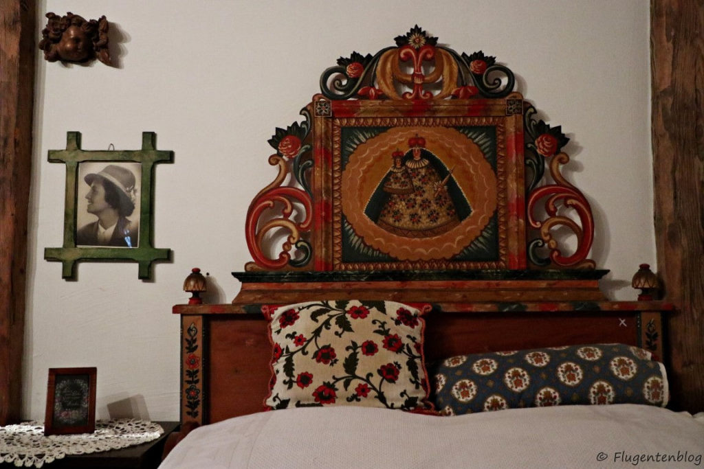Holzbett mit Heiligenbild